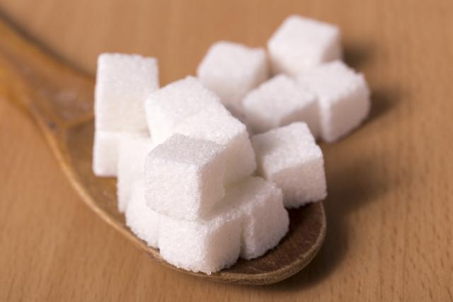 角砂糖に木のスプーン